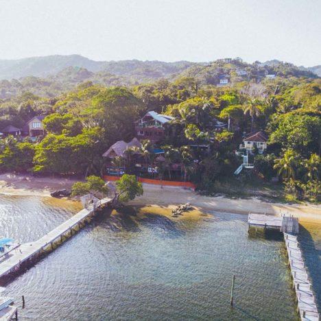 Pohled na Tranquilseas Hotel Resort Roatan