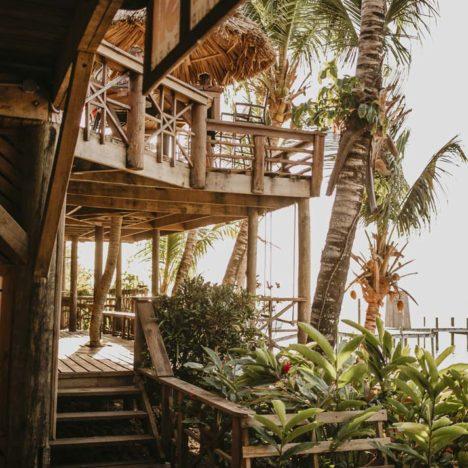Pohled na terasu Tranquilseas Hotel Resort Roatan