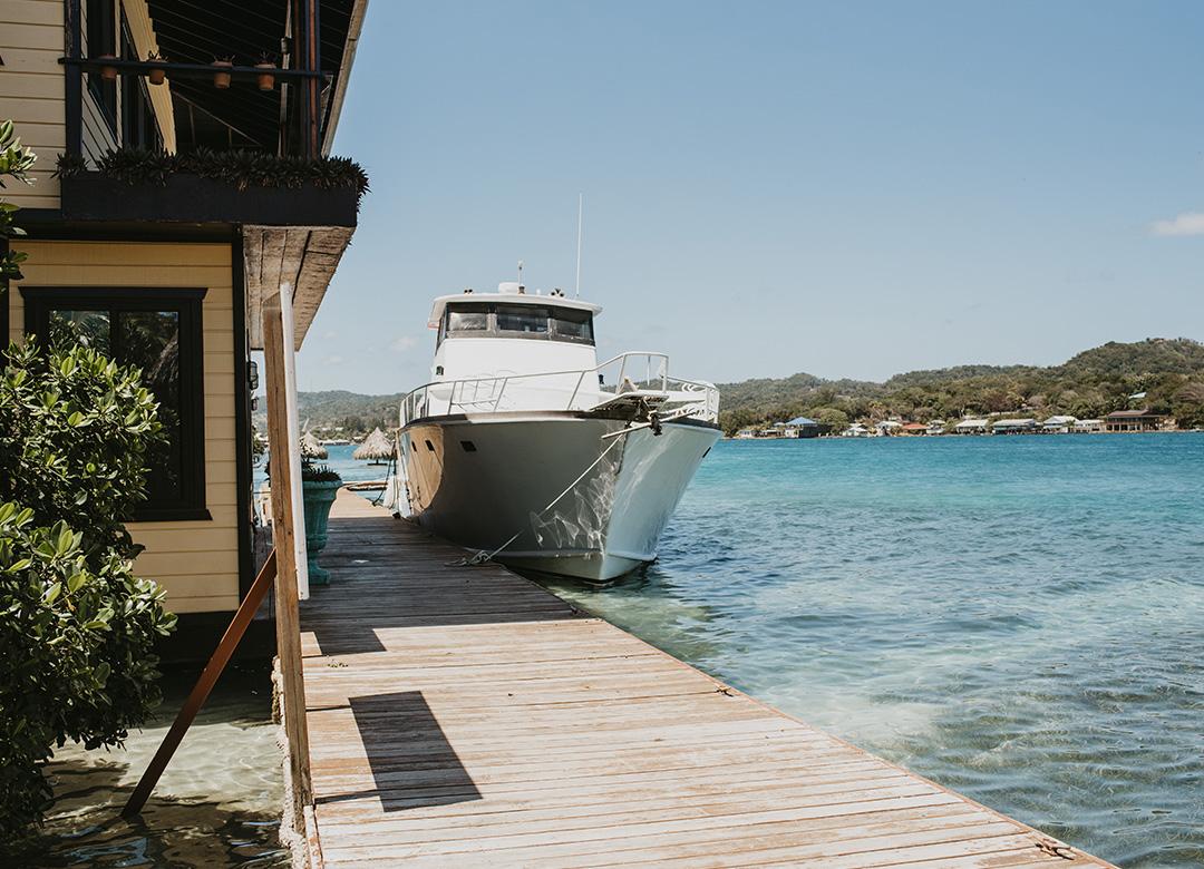 Výlety lodí na Roatanu